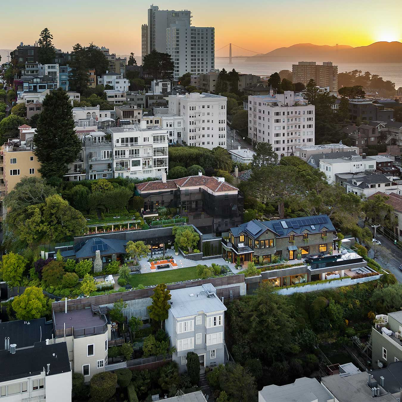 Residence 950 on San Francisco hill at sunset with Golden Gate Bridge